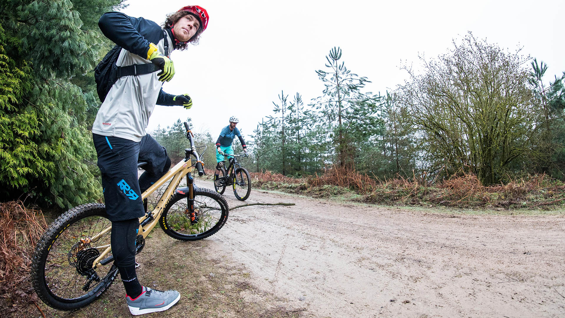 +3 MTB Coach Jay Williamson talking through bunny hop take off techniques on a coaching day in the Forest of Dean