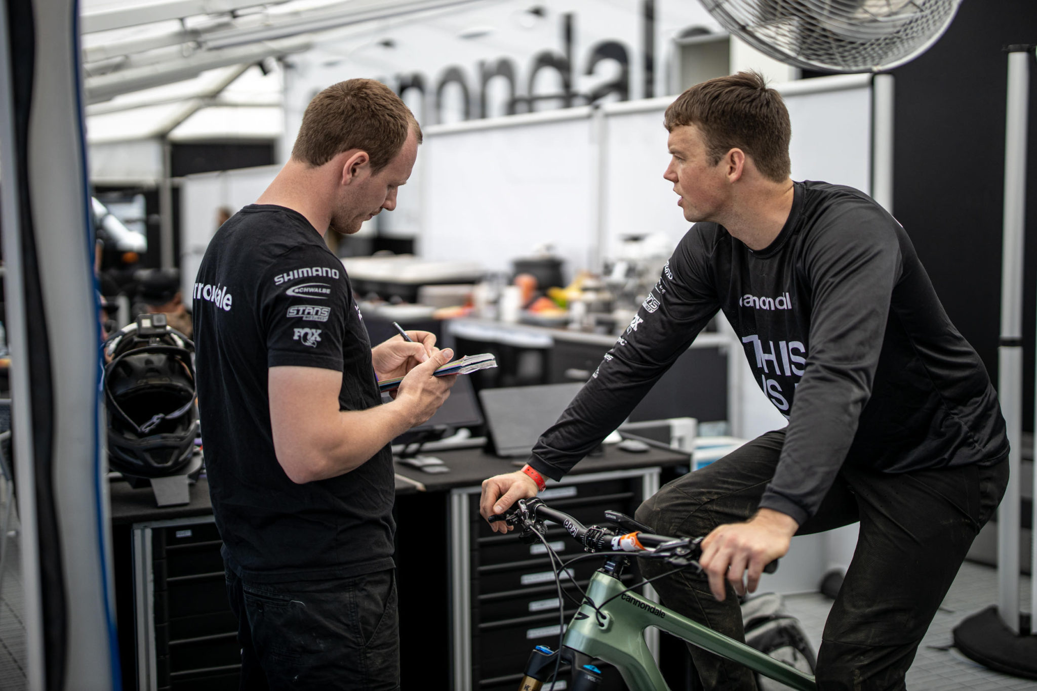 Matt Simmonds talking setup with Cannondale mechanic Tom during the 2019 World Cup Downhill season